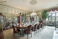 Formales Esszimmer mit Wandspiegeln stockfotos