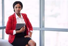 Formales Porträt der schwarzen Geschäftsfrau eine digitale Tablette halten lizenzfreie stockbilder