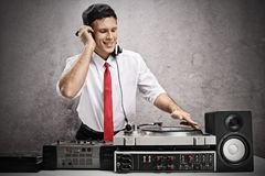 Formally dressed man playing music on a turntable Royalty Free Stock Photos