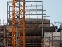 Formalnie scaffoldings dla zupełnego odnowienia budynek i poparcia zdjęcia royalty free
