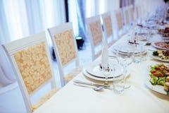 Formalny elegancki położenie na obiadowym stole z eleganckim glassware Zdjęcia Stock