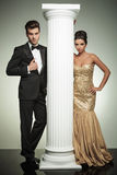 Formalny mężczyzna i kobieta w wieczór ubraniach zbliżamy kolumnę Zdjęcie Stock