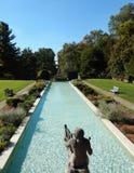 Formalny ogród z klasyczną fontanną Obraz Stock