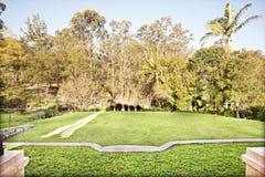 Formalny ogród z starannym gazonem i bricked ścieżką fotografia royalty free