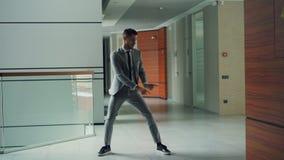 formalwear的悦目有胡子的人雇员在单独办公室中心移动的胳膊、腿和身体的大厅跳舞 股票视频