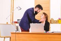 Formando liga??es pr?ximas com workmate caso do local de trabalho Chefe e secret?rio que t?m o caso doce Romance do homem farpado imagem de stock