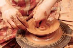 Formando um frasco da argila Imagens de Stock