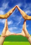 formant les mains renferment le symbole Photo libre de droits