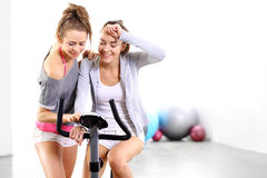 Formação no treinamento da bicicleta com treinador Imagem de Stock