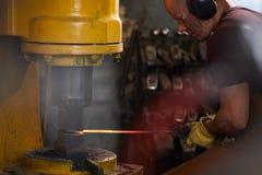 Formar el metal en la prensa de fragua foto de archivo libre de regalías