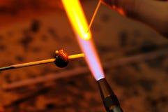 Formar el vidrio en fuego fotografía de archivo