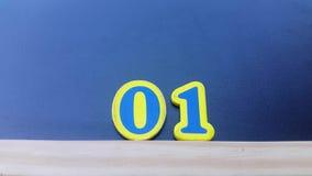 Formar o número 2019 da cor numera em um fundo preto vídeos de arquivo