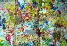 Formar röda mousserande vaxartade fläckar för guld- violetguling, kontrast bakgrund i pastellfärgade toner arkivfoto