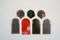 Formas coloreadas de la ventana de cristal en la pared blanca Foto de archivo libre de regalías