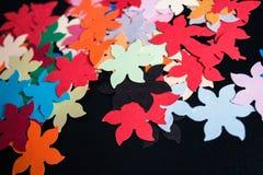 Formas coloridas de papel em um fundo preto Imagem de Stock