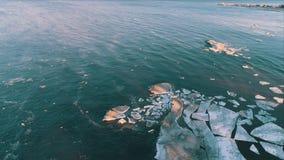 Formas congeladas de la visión aérea de la flotación del hielo metrajes
