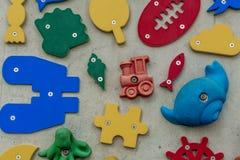 formas 3D e ícones em uma parede Imagem de Stock Royalty Free