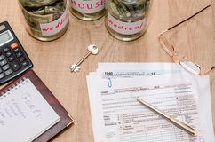 Formas de impuesto 1040 con la pluma, la calculadora y el dólar Imagenes de archivo