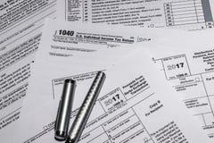 Formas de impuesto del IRS 1040 y 1099-B Imagen de archivo libre de regalías