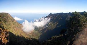 Formas de la niebla en el valle Kauai de Kalalau Fotografía de archivo