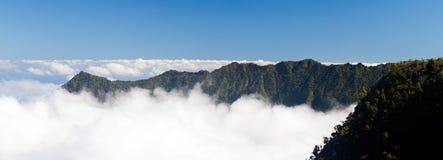 Formas de la niebla en el valle Kauai de Kalalau Imágenes de archivo libres de regalías