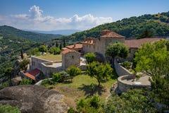 Formas de piedra hermosas y montañas de Meteora con el monasterio en ellos fotos de archivo libres de regalías