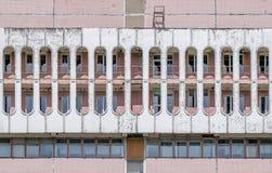 Formas del cilindro de un edificio soviético de la era en ladrillo del blanco del red& Imagen de archivo