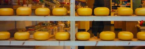 Formas del queso de Holanda en la demostración en las ventanas de las tiendas turísticas de Amsterdam producto enogastronomic típ foto de archivo