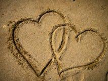Formas do amor na areia imagens de stock