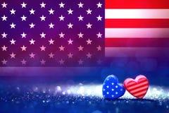 Formas do coração da bandeira americana no fundo claro abstrato do brilho Fotos de Stock Royalty Free