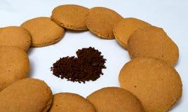 Formas do coração feitas do pão-de-espécie e do café Imagem de Stock