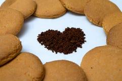 Formas do coração feitas do pão-de-espécie e do café Fotografia de Stock Royalty Free