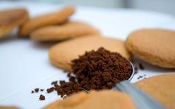 Formas do coração feitas do pão-de-espécie e do café Fotos de Stock Royalty Free