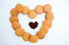 Formas do coração feitas do pão-de-espécie e do café Imagem de Stock Royalty Free