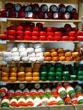 Formas do queijo holandês receita típica de Amsterdão Lembranças locais do curso nos Países Baixos Cores brilhantes fotografia de stock royalty free