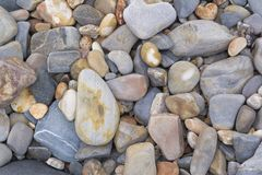Formas e testes padrões abstratos: Seixos de pedra na praia Foto de Stock Royalty Free
