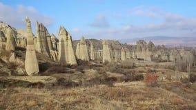 Formas fungosas de piedra arenisca en el barranco cerca del pueblo de Cavusin, Cappadocia, provincia de Nevsehir en el Anatolia c metrajes