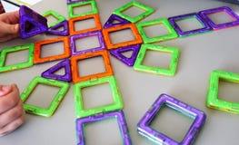 Formas geométricas brillantes en una base magnética De estas figuras, el diseñador puede montar el diverso Perfeccione para el fotografía de archivo libre de regalías