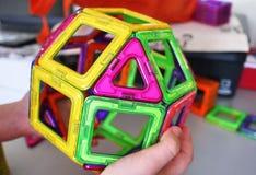 Formas geométricas brillantes en una base magnética De estas figuras, el diseñador puede montar los diversos modelos Perfeccio fotos de archivo libres de regalías
