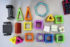 Formas geométricas brillantes en una base magnética De estas figuras, el diseñador puede montar los diversos modelos Perfeccio imagenes de archivo