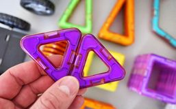 Formas geométricas brillantes en una base magnética De estas figuras, el diseñador puede montar los diversos modelos Perfeccio fotos de archivo