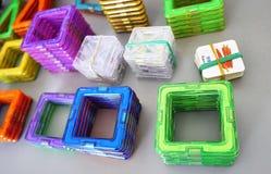 Formas geométricas brillantes en una base magnética De estas figuras, el diseñador puede montar los diversos modelos Perfeccio fotografía de archivo