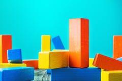 Formas geométricas em um fundo de madeira Blocos de madeira coloridos Imagem de Stock Royalty Free