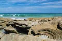 Formas interesantes en rocas en la playa Imágenes de archivo libres de regalías