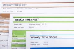 Formas semanales de la hoja de jornales devengados para la nómina de pago Imagen de archivo