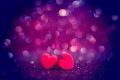 Formas vermelhas do coração no fundo claro abstrato do brilho no amor co imagem de stock royalty free