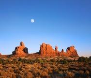 Formas y luna de la roca de Utah Foto de archivo