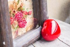 Formas y marco rojos del corazón imagen de archivo libre de regalías