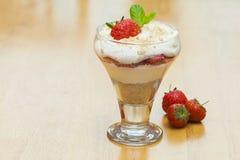 Format de paysage de dessert à la crème de fraise et image stock