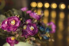 formatet för blomman för designeps-mappen inkluderar Över black Buketten av den ljusa violeten blommar på en mörk bakgrund Arkivbild